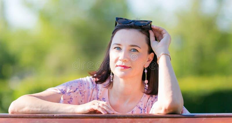 Kvinnabrunett 35-40 år myndig närbild arkivfoton
