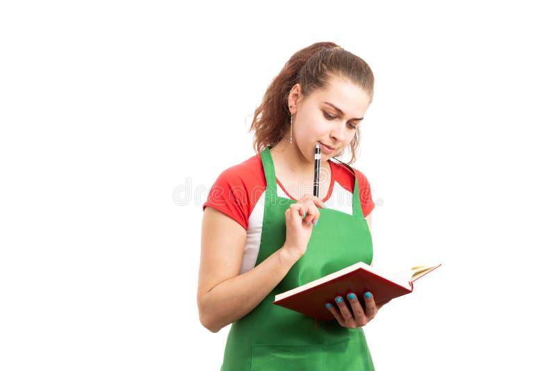 Â-kvinnabutiksinnehavare eller detaljhandelarbetare som tänker och rymmer dagordningen arkivbild