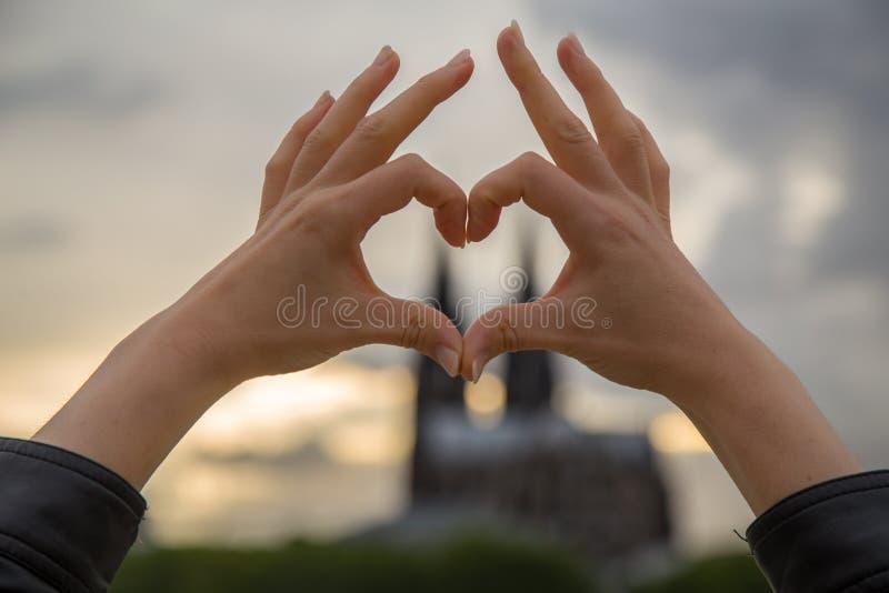 Kvinnabygganden älskar tecknet framme av eau-de-colognedomkyrkan royaltyfri foto