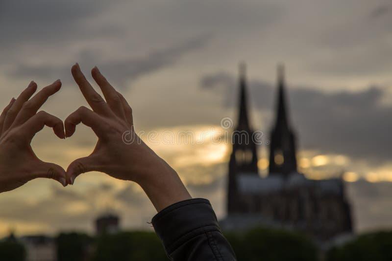 Kvinnabygganden älskar tecknet framme av eau-de-colognedomkyrkan royaltyfria foton