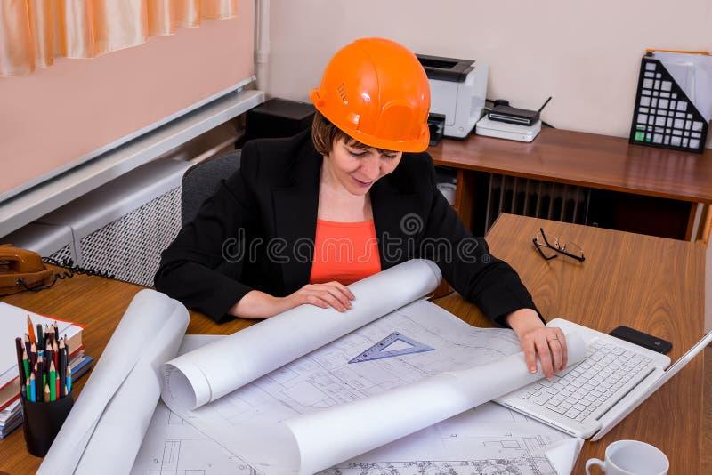 Kvinnabyggmästaretekniker i hjälm fotografering för bildbyråer