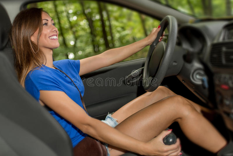 Kvinnachaufför royaltyfri bild