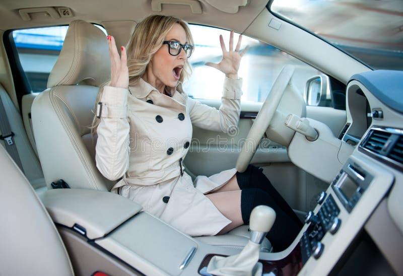 Kvinnachaufför i vägursinne royaltyfria bilder