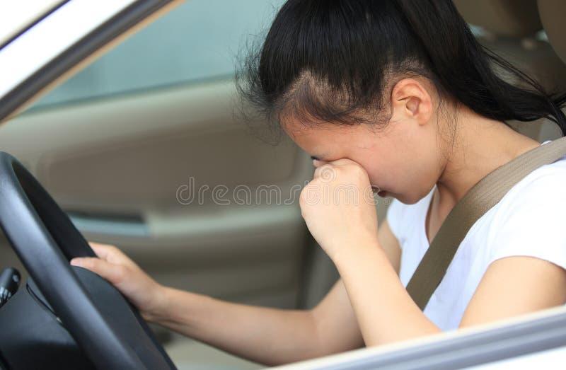 Kvinnachaufför som är ledsen i bil arkivbild