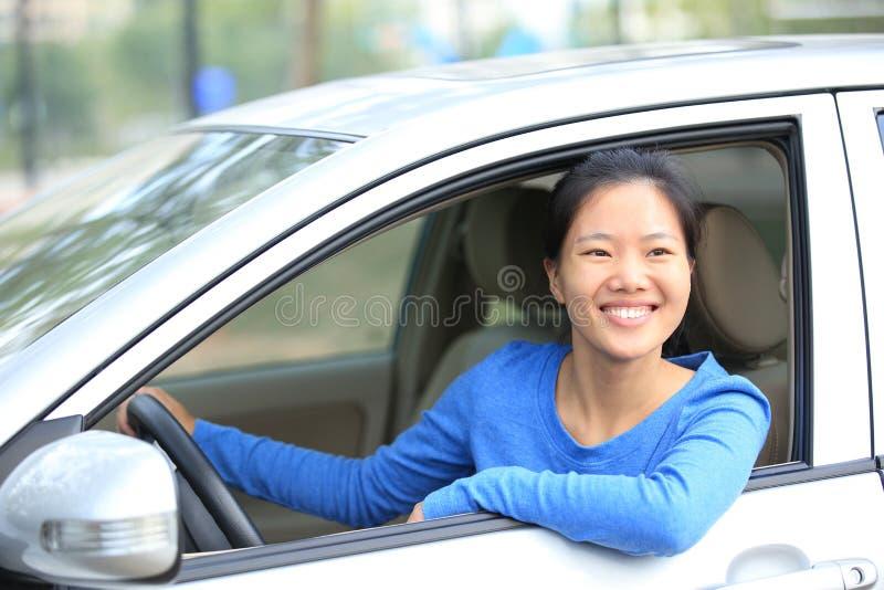 Kvinnachaufför som kör en bil arkivbilder