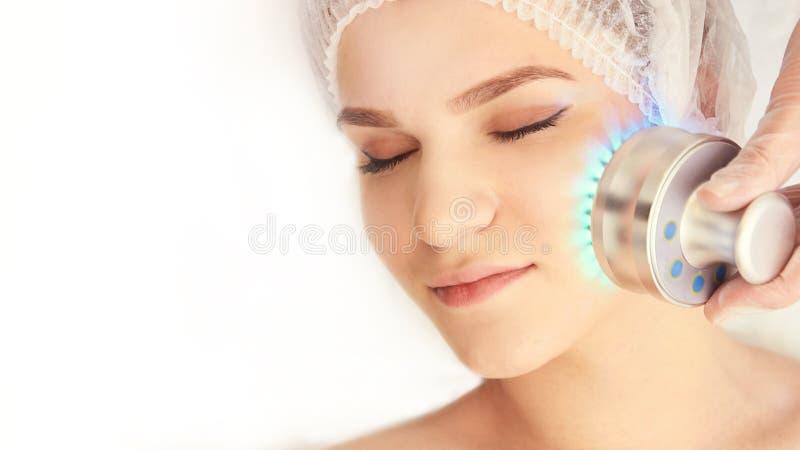 Kvinnacosmetologytillvägagångssätt Ljus framsidabehandling Medicinsk hudreparation Anti-skrynkla Färgskincare fotografering för bildbyråer