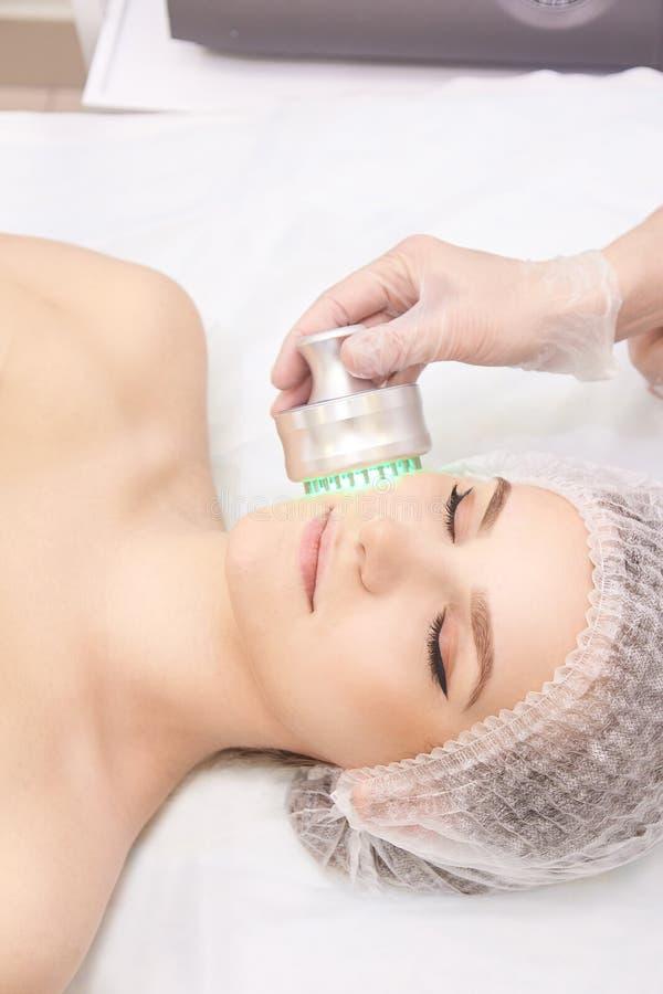Kvinnacosmetologytillvägagångssätt Ljus framsidabehandling Medicinsk hudreparation Anti-skrynkla Färgskincare royaltyfria foton