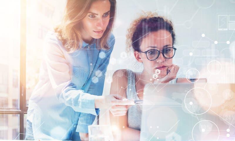 KvinnaCoworkers som gör stora affärsbeslut Ungt marknadsföra Team Discussion Corporate Work Concept kontor nytt royaltyfri bild