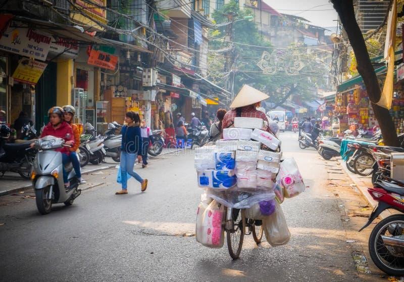 Kvinnacykelryttare, Hanoi, Vietnam royaltyfria foton