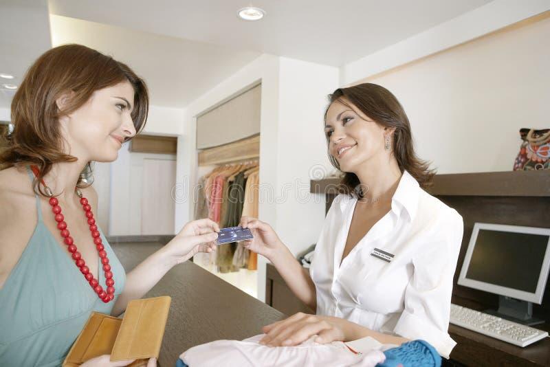 Kvinnadanandebetalning kontrar by royaltyfri foto