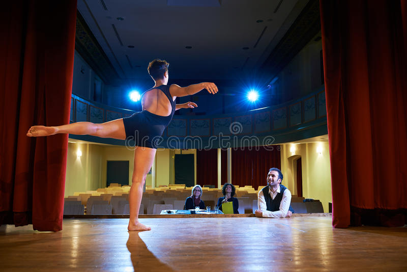 Kvinnadans för prov med juryn i teater royaltyfri foto