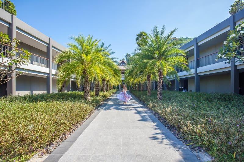 Kvinnadans på palmträdgränden fotografering för bildbyråer