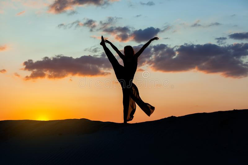 Kvinnadans på solnedgången fotografering för bildbyråer