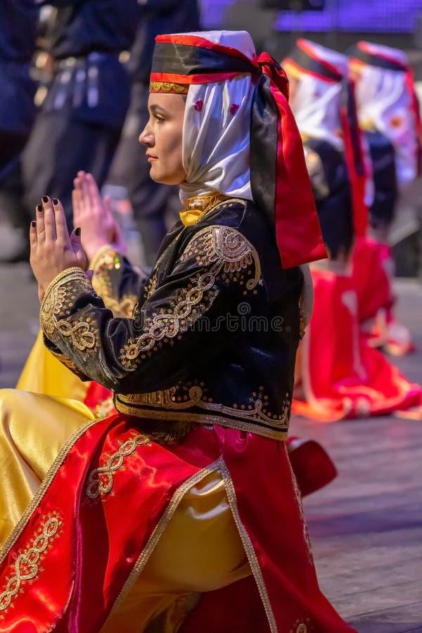 Kvinnadansare från Turkiet i traditionell dräkt royaltyfri foto