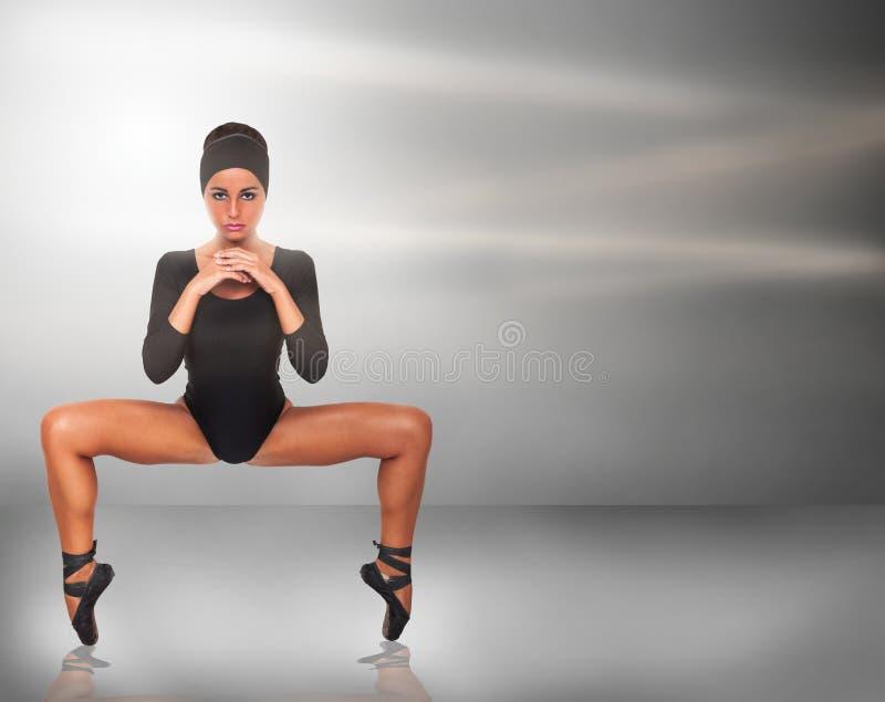 Kvinnadansare på bakgrund för grå färgmetallabstrakt begrepp royaltyfri fotografi