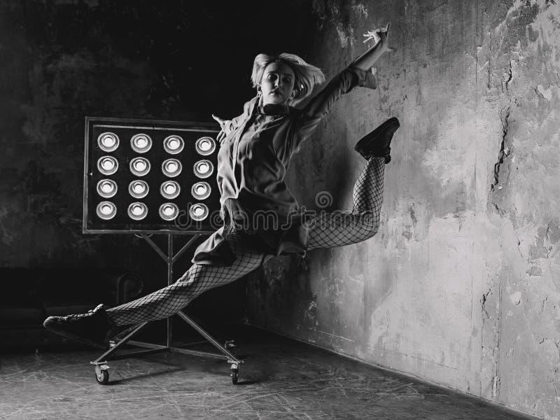 Kvinnadansare som högt hoppar i vinden arkivbild