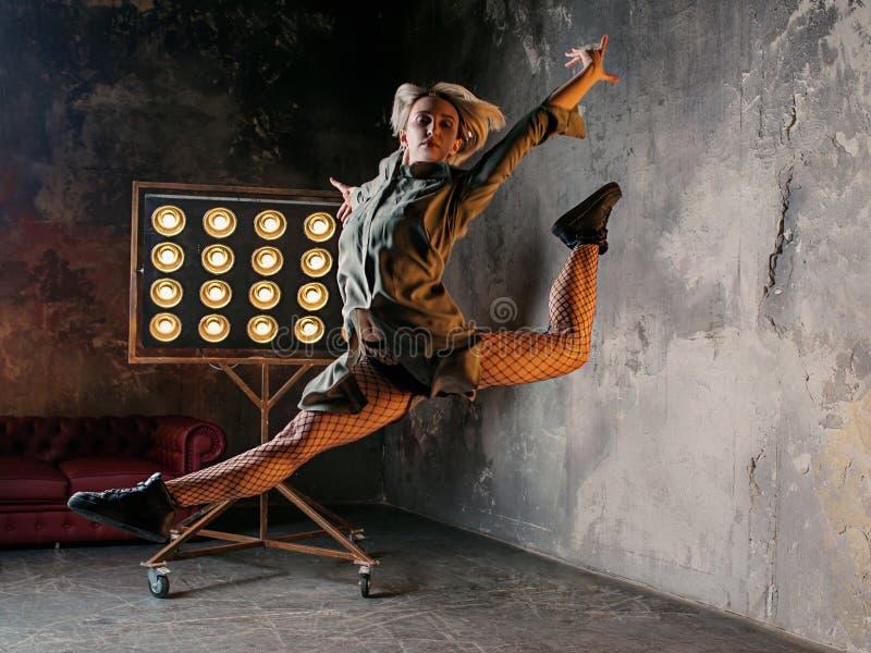 Kvinnadansare som högt hoppar i vinden arkivfoto