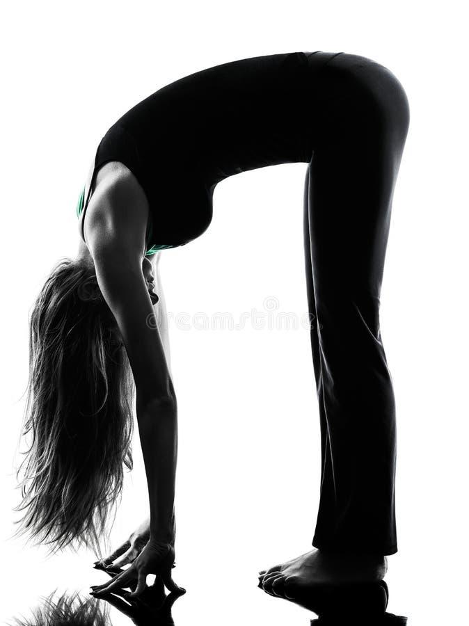 Kvinnadansare som sträcker värma övningar upp arkivfoton
