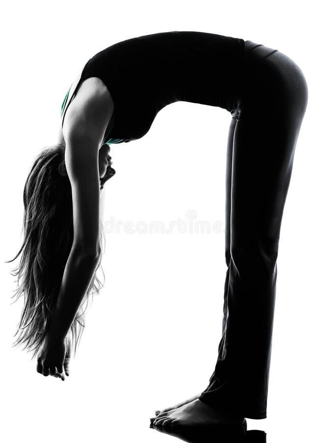 Kvinnadansare som sträcker värma övningskonturn upp royaltyfri fotografi