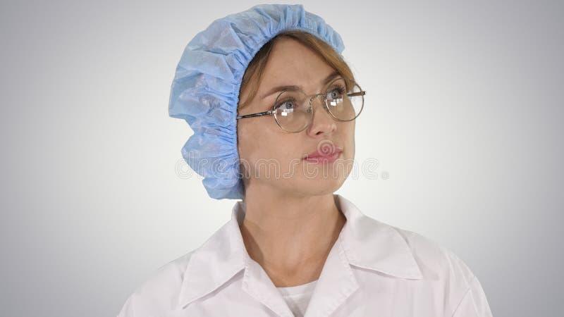 Kvinnadoktor i exponeringsglas och hatt som omkring går och ser på lutningbakgrund arkivfoto