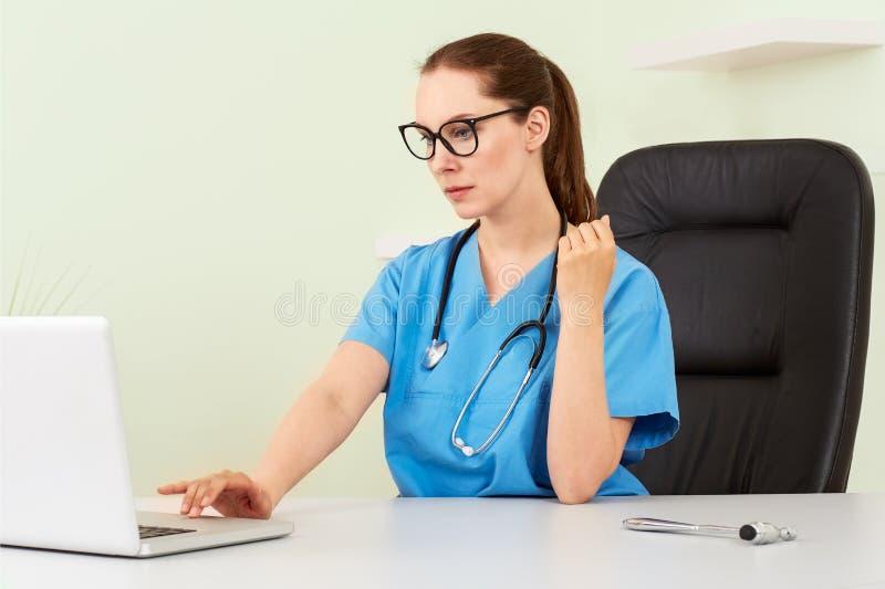 Kvinnadoktor med en patient i behandling arkivfoto