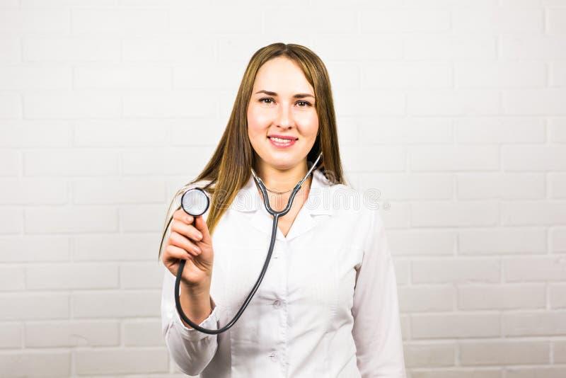Kvinnadoktor som använder stetoskopet royaltyfri fotografi