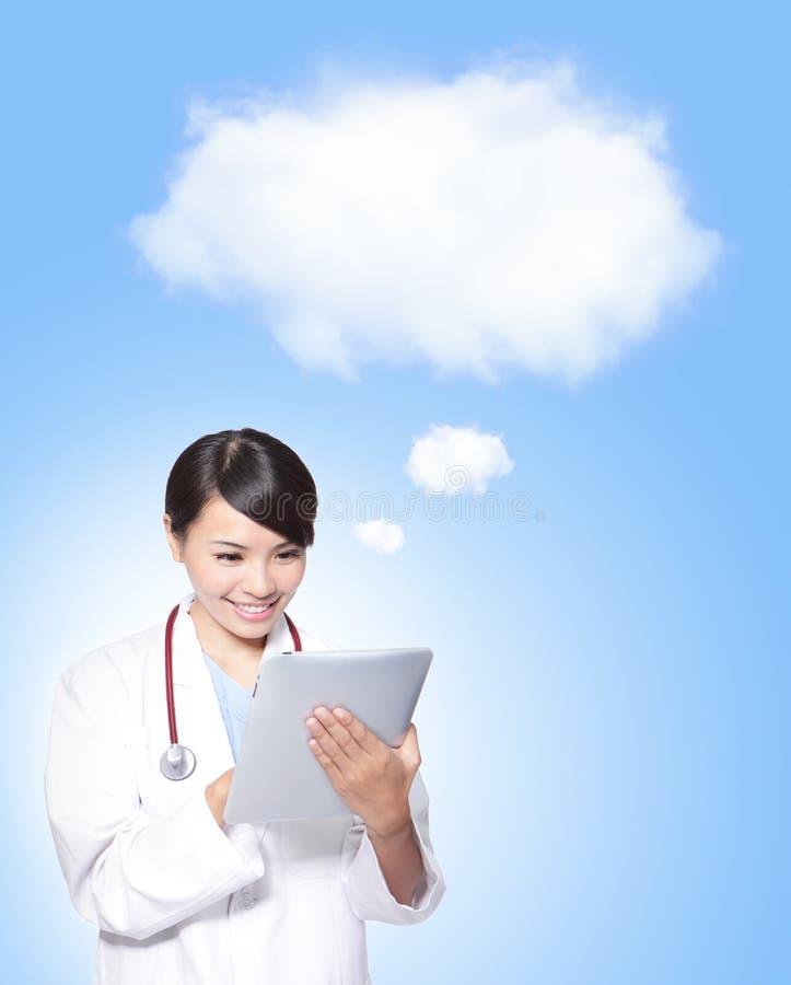 Kvinnadoktor som använder tabletPCen royaltyfri foto