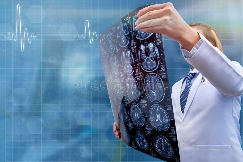 Kvinnadoktor som rymmer CT-bildläsningsfilmen arkivfoton