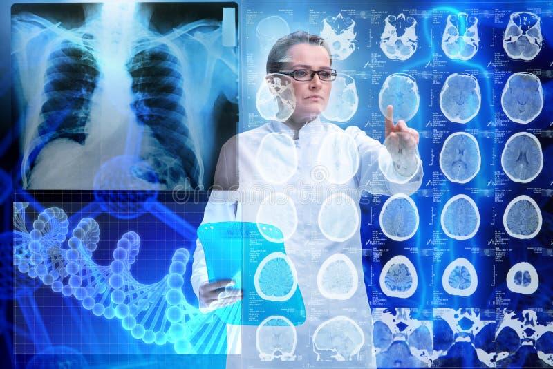 Kvinnadoktorn i futuristiskt begrepp för telemedicine royaltyfria foton