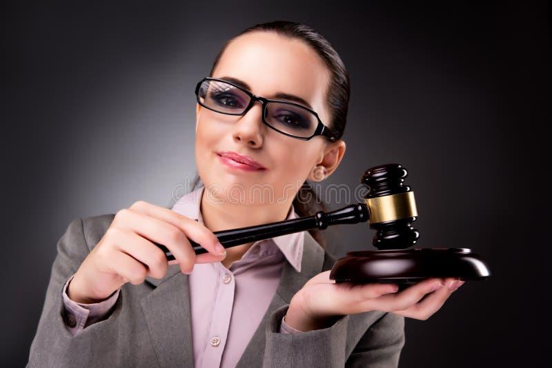 Kvinnadomaren med auktionsklubban i rättvisabegrepp royaltyfri fotografi