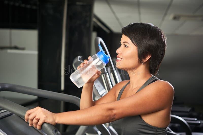 Kvinnadricksvatten, när öva arkivfoton