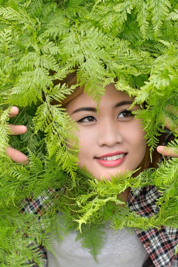 Kvinnadrinkvatten för törstad dröm- mjuk stil royaltyfria bilder