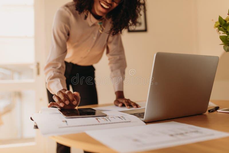 Kvinnaentreprenör som hemifrån arbetar fotografering för bildbyråer