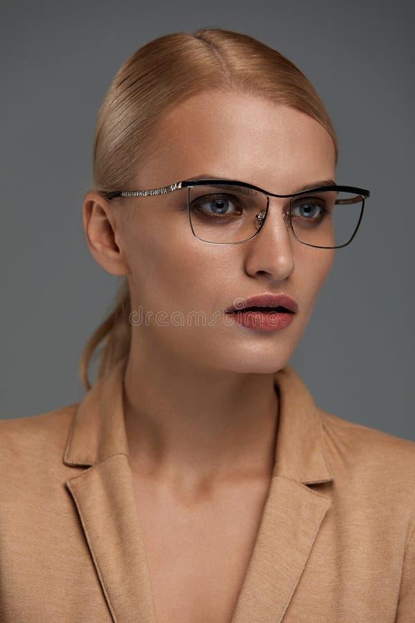 KvinnaEyewear Härlig affärskvinna i svarta modeexponeringsglas fotografering för bildbyråer
