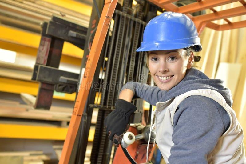 Kvinnafabriksoperatör i lager arkivfoton