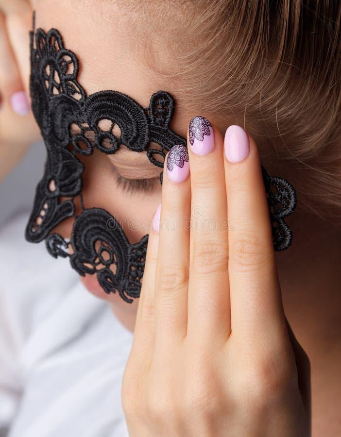 Kvinnafingrar med härlig romantiker spikar fotografering för bildbyråer