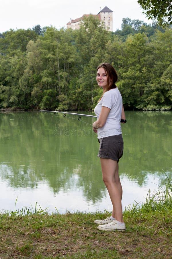 Kvinnafiske på en lake arkivbilder