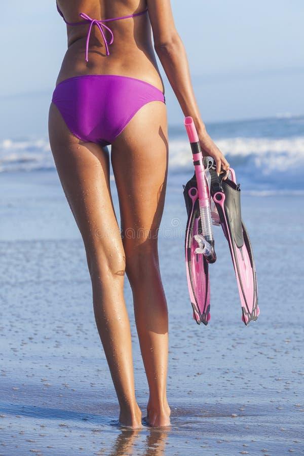 Kvinnaflickastrand i flipper för bikiniSnorkelmaskering royaltyfri bild