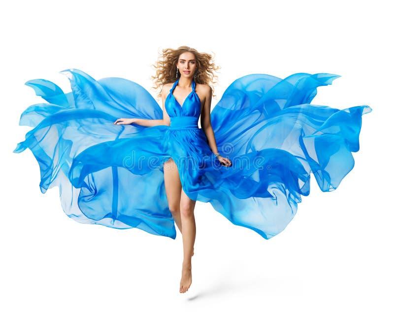KvinnaFlying Blue klänning, modemodell som får att sväva i vinkande torkduk för siden- kappa på vit royaltyfria bilder