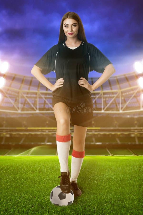 Kvinnafotbollspelare på stadion royaltyfri bild