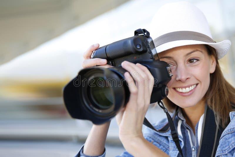 Kvinnafotograf på arbete royaltyfri foto