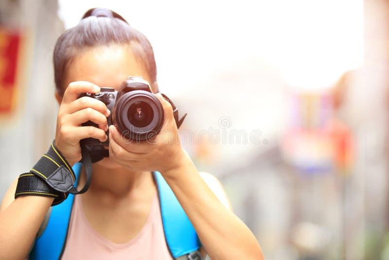 Kvinnafotograf som tar fotoet arkivbild