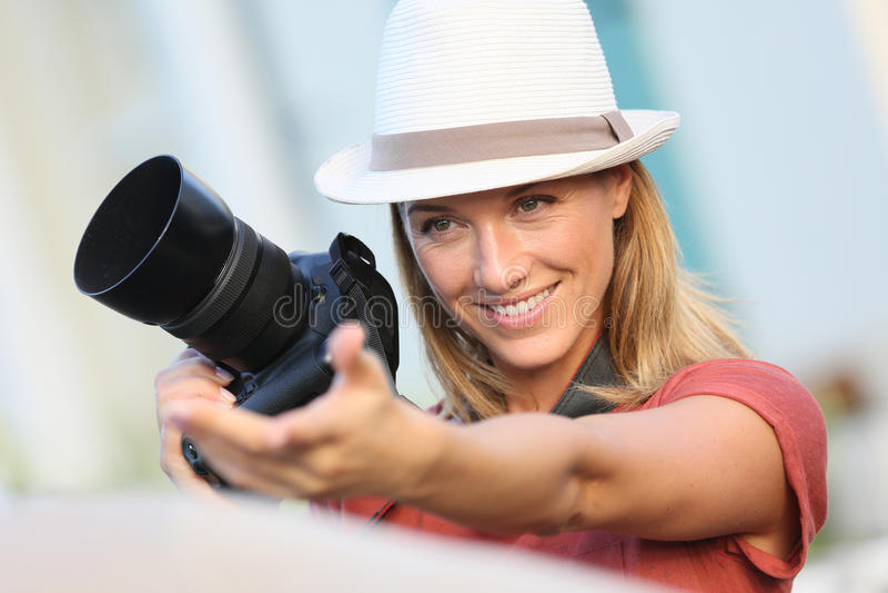 Kvinnafotograf under foto-skyttet royaltyfria foton