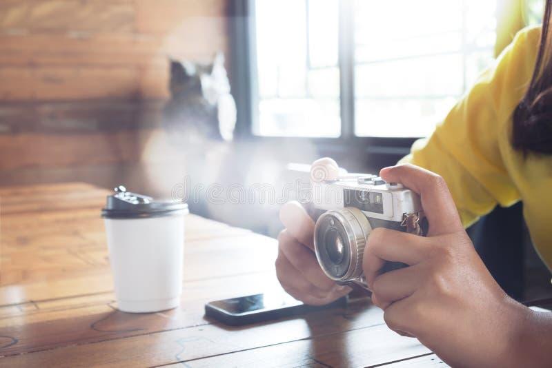 Kvinnafotografen kopplar av i kafé royaltyfri foto