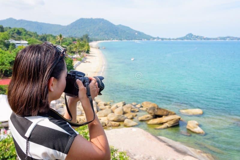 Kvinnafotografi på den Lamai stranden royaltyfri foto