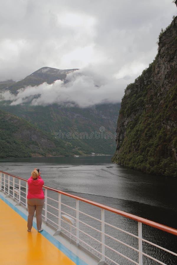 Kvinnafotografifjord från däck av kryssningeyeliner Geirangerfjord Stranda, Norge royaltyfri fotografi