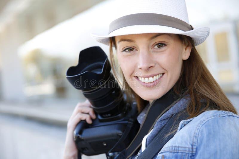 Kvinnafotoreporter royaltyfria bilder