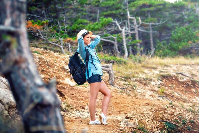 kvinnafotvandrare på berget med ryggsäcken som trekking och tycker om ny luft från skogen och naturen royaltyfri foto
