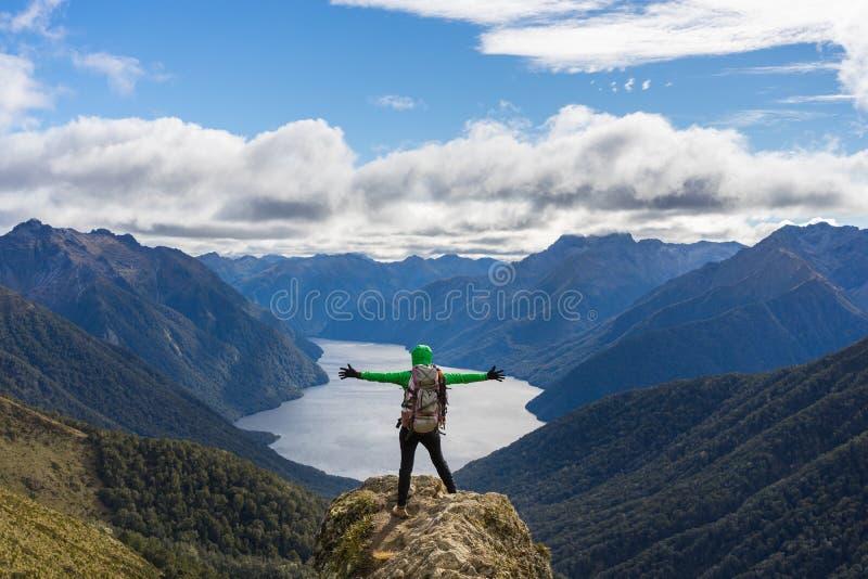 Kvinnafotvandrare på bergklippan arkivfoton