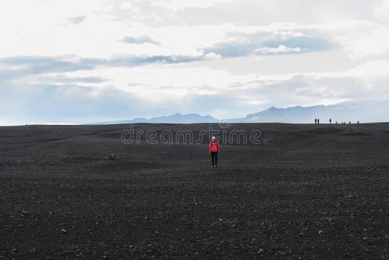 Kvinnafotvandrare på slingan i de Islandic bergen Trek i nationalpark arkivbilder